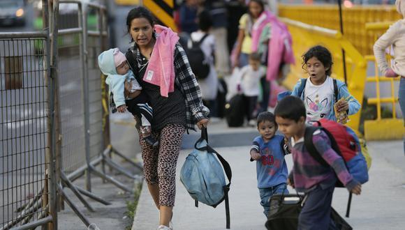Los inmigrantes venezolanos cruzan el puente fronterizo y se acercan a una oficina de procesamiento de inmigración después de cruzar la frontera de Colombia a Rumichaca, Ecuador. (Foto: AP).