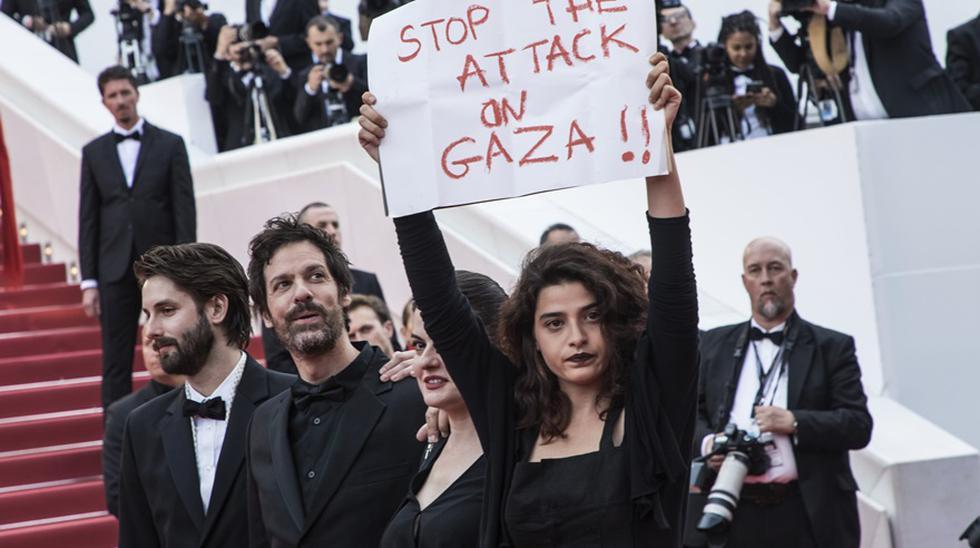 Actriz libanesa Manal Issa se manifestó con pancarta en la alfombra roja de Cannes sobre el ataque a Gaza. (Foto: Agencias)