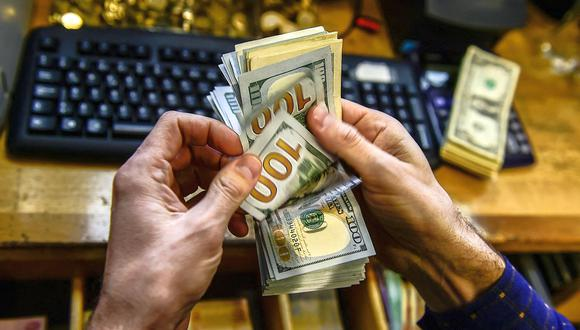 """El """"dólar blue"""" se cotizó a 155 pesos en Argentina este jueves. (Foto: AFP)"""