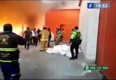 Bomberos y funcionarios ediles logran controlar incendio en un depósito de telas en Huachipa | VIDEO
