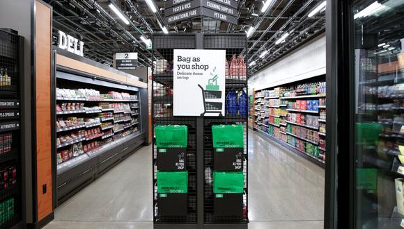 El concepto apunta a clientes en barrios residenciales en lugar de empleados de oficina, a quienes sirven las tiendas de conveniencia más pequeñas de Amazon Go. (Foto: Reuters)