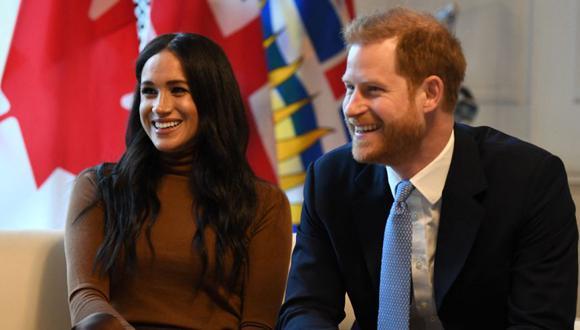 El príncipe Harry, duque de Sussex y Meghan, duquesa de Sussex de Gran Bretaña reaccionan durante su visita a Canada House en agradecimiento por la cálida hospitalidad canadiense y el apoyo que recibieron durante su reciente estadía en Canadá, en Londres, el 7 de enero del 2020. (Foto: DANIEL LEAL-OLIVAS / PISCINA / AFP)