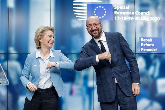 La presidenta de la Comisión Europea, Ursula Von Der Leyen y el presidente del Consejo Europeo, Charles Michel, se dan un codazo al final de una conferencia de prensa en Bruselas. (EFE / EPA / STEPHANIE LECOCQ / POOL).