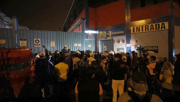 Desde muy temprano cientos de personas pugnaron por ingresar a los terminales pesqueros. (Foto: César Bueno @photo.gec)