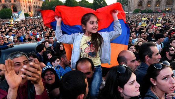 Muchos estudiantes se unieron a las protestas lideradas por el opositor Nikol Pashinyan. (AFP)