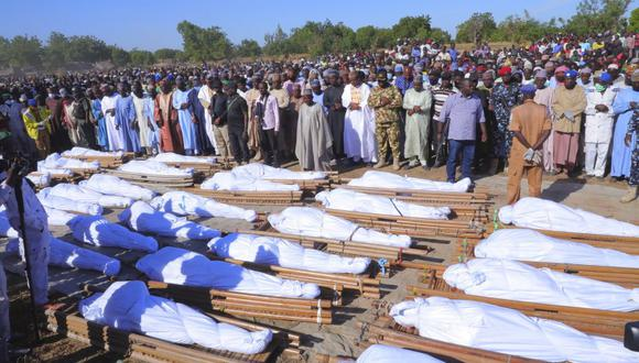 El funeral de los agricultores asesinados por Boko Haram en Zaabarmar, Nigeria, el domingo 29 de noviembre de 2020. (Foto AP / Jossy Ola).