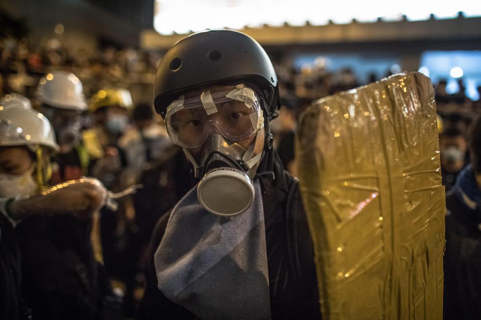 Alrededor de la sede policial, manifestantes equipados con máscaras y cascos cubrieron las cámaras de vigilancia con cinta y ataron las barreras con amarres de nylon. (Foto: EFE)