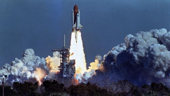 El transbordador espacial estadounidense Challenger despega el 28 de enero de 1986 desde una plataforma de lanzamiento en el Centro Espacial Kennedy, 72 segundos antes de su explosión, matando a su tripulación de siete personas. (Foto de BOB PEARSON / AFP)