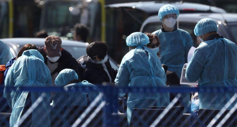 Varios pasajeros salen del crucero Diamond Princess, golpeado por el coronavirus en Japón. (Reuters).