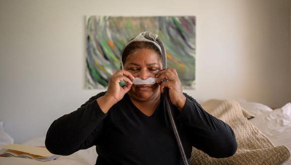 La ex trabajadora de limpieza de la Zona Cero del 11 de septiembre, Rubiela Arias, usa un dispositivo de presión positiva continua en las vías respiratorias debido a males asociados con su trabajo a raíz de los ataques al World Trade Center. (ED JONES / AFP).