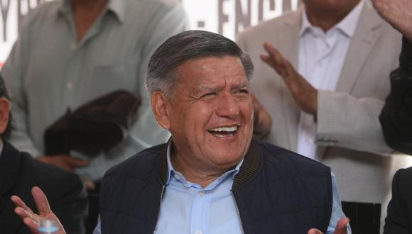 Durante una de sus actividades proselitistas realizadas en la campaña electoral del 201, Cesar Acuña entregó dinero en efectivo a los ciudadanos de la zona de Chosica. (Foto: GEC)