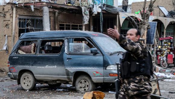 El personal de seguridad afgano llega a la zona de un atentado en la ciudad de Bamiyán el 24 de noviembre de 2020. (Foto de STR / AFP).