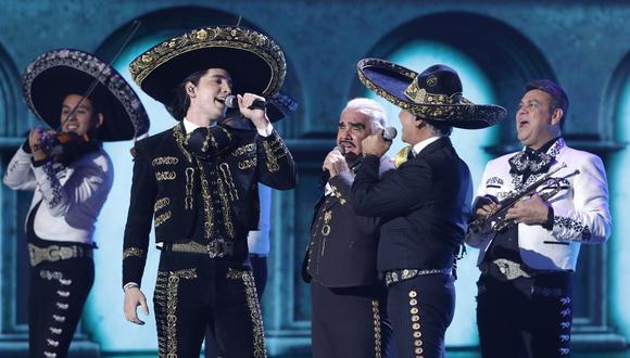 VIcente, Alejandro y Álex Fernández, junto en el escenario de los Grammy Latino 2019.