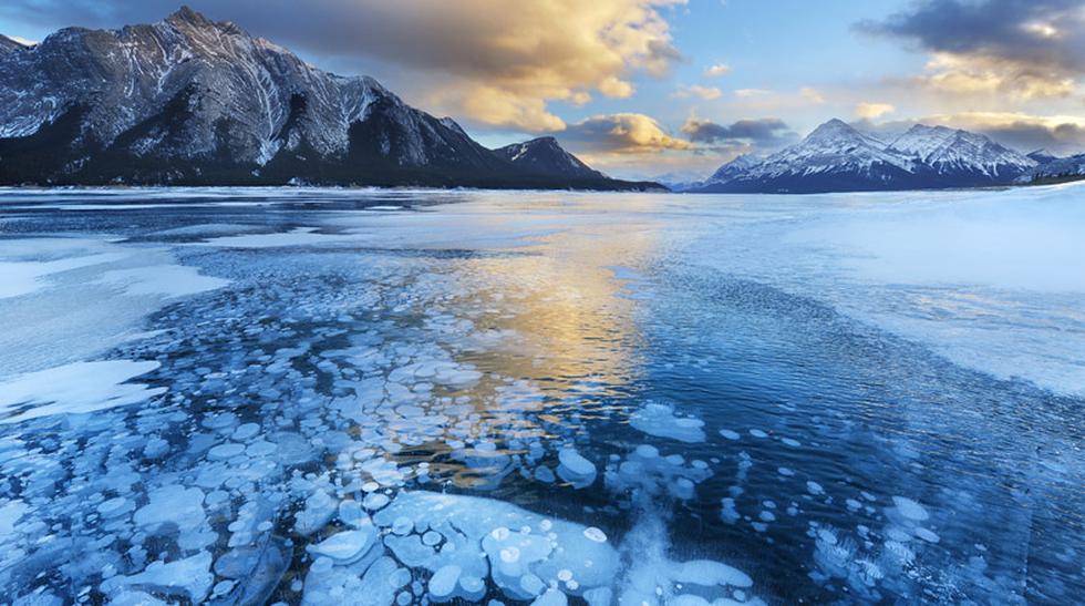 Una vista impresionante de un lago con burbujas congeladas - 3