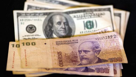 El peso argentino sufrió una devaluación del 2% en abril. (Foto: AP)