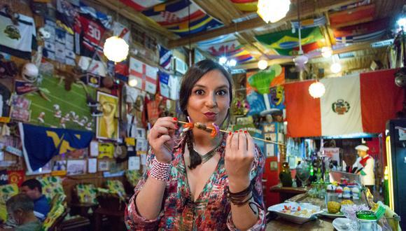 """""""Si me das a elegir entre una ciudad rara y nueva o una capital gastronómica, escogeré la ciudad rara. Yo como donde sea, no necesito un restaurante de lujo"""", dice Verónica antes de probar un suri por primera vez. (Diego Miranda)"""