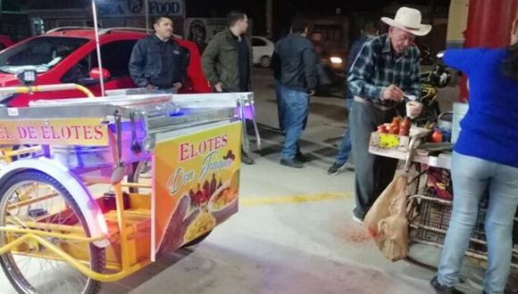 Joaquín Mendivil es un hombre de la tercera edad que vende elotes para poder cubrir sus gastos diarios  (Foto: Facebook)