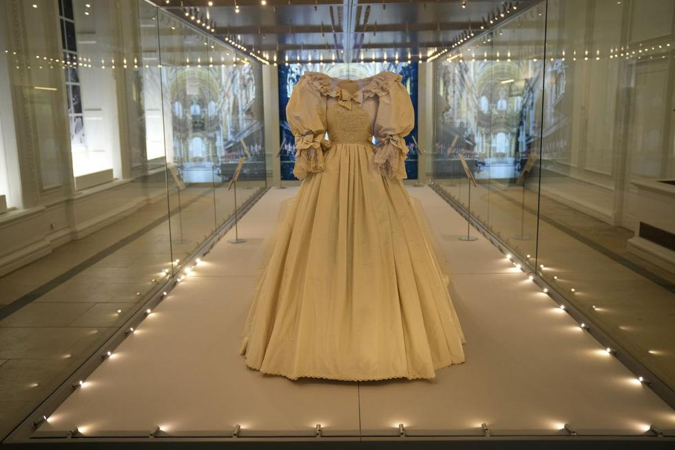 El armario de la familia real británica abrirá este junio sus puertas en una exposición en Londres que rescata del olvido piezas icónicas como el vestido de novia de la princesa Diana de Gales, una prenda cuyos diseñadores lucharon por mantener en secreto hasta el día de la boda. (Texto: EFE/ Foto: AP)