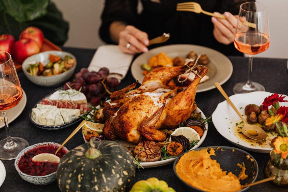 """La celebración del <a href=""""https://mag.elcomercio.pe/noticias/dia-de-accion-de-gracias/""""><font color=""""blue"""">Día de Acción de Gracias</font></a> es una de las festividades más esperadas en Estados Unidos y este jueves 26 de noviembre las familias se sentarán alrededor de la mesa para disfrutar del pavo, puré de patatas o pastel de calabaza. Esta especie de buffet previo a las fiestas navideñas también puede estar lleno de sabor latino hecho en casa. Aquí te dejamos algunas opciones para tu menú de Thanksgiving Day."""