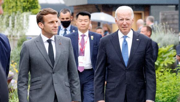 El presidente de Francia, Emmanuel Macron, y el presidente de Estados Unidos, Joe Biden, caminan juntos después de una foto al comienzo de la cumbre del G7, el 11 de junio de 2021.  (Foto: Ludovic MARIN / AFP)