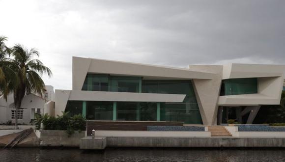 Junto a los canales que recorren la urbanización Las Villas se levantan lujosas casas. Foto: BBC Mundo