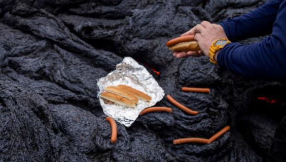 Un video viral muestra cómo la gente en Islandia cocina salchichas sobre la lava hirviendo tras la histórica erupción de un volcán. | Crédito: Reuters