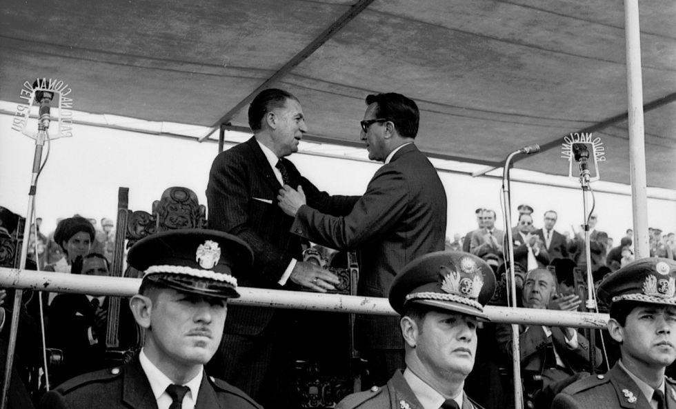 El presidente Fernando Belaunde y el alcalde de Lima, Luis Bedoya, se saludan durante la ceremonia de inauguración (Archivo Histórico El Comercio)
