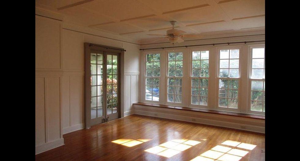 Los pisos de madera de la casa en la sala de estar y las puertas francesas en algunas de las habitaciones, junto con los empotrados en las habitaciones, son buenos anclajes para futuras renovaciones. (Foto: Realtor