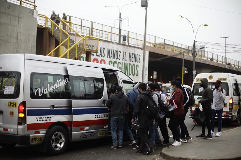 En Puente Nuevo, en El Agustino, se registró aglomeración en los paraderos y las unidades de transporte público informal. (Foto: Joel Alonzo/ @ photo.gec)