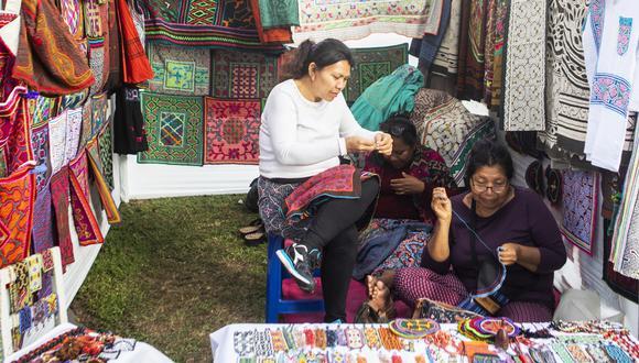 Artesanas shipibas provenientes del campo ferial Maroti Shobo, en Pucallpa.  Sus bordados y tejidos se elaboran a mano.