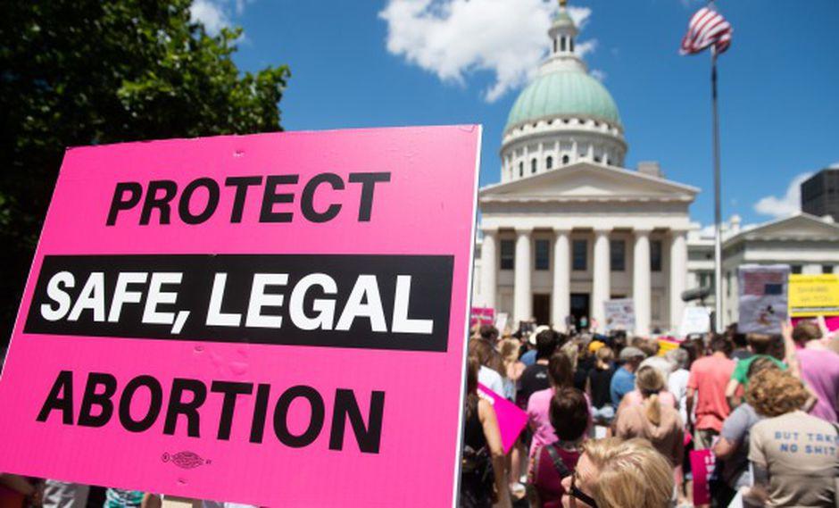 Manifestantes marchan en apoyo de Planned Parenthood y pro elección mientras protestan por una decisión estatal que detendría los abortos. (Foto: AFP)