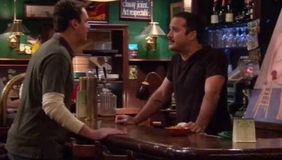 "Joe Nieves es el nombre del actor que dio vida a Carl, el barman de MacLaren's en ""How I Met Your Mother"" (Foto: CBS)"