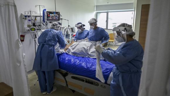 Trabajadores de salud revisan a un paciente de coronavirus COVID 19 en la Unidad de Cuidados Intensivos (UCI) del Hospital Pablo Tobón Uribe, en Medellín, Colombia. (Foto de JOAQUIN SARMIENTO / AFP).