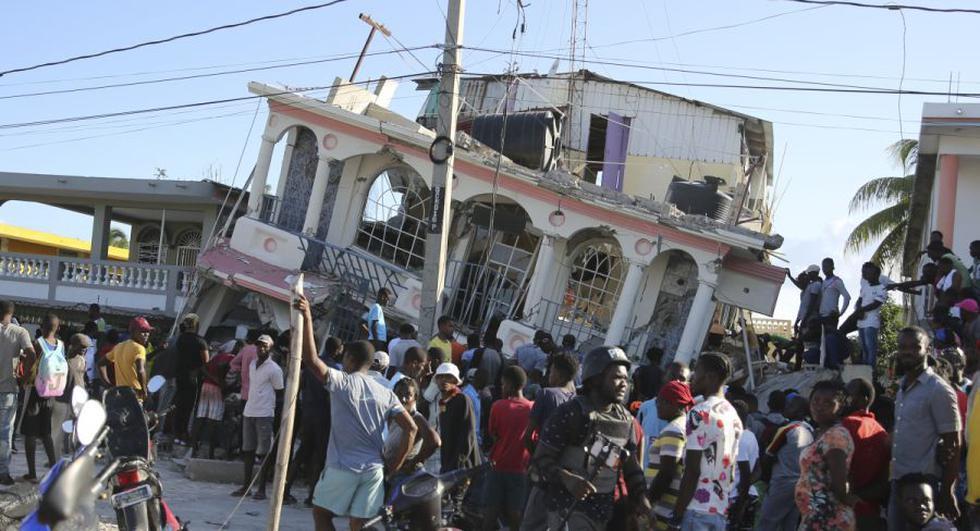 La gente se reúne frente al hotel Petit Pas, destruido por el terremoto en Les Cayes, Haití. (Foto: AP / Joseph Odelyn)