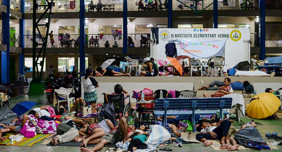 Residents, displaced by flash floods caused by monsoon rains, sleep on the floor of a basketball court in Marikina, Metro Manila, in Philippines, August 13, 2018. REUTERS/Eloisa Lopez