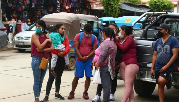 José Ochoa llegó con un grupo de familiares hasta Pichari, donde fueron llevados los cuerpos de otros cinco familiares que fueron asesinados el domingo en un bar de Vizcatán del Ene. (Foto: Alessandro Currarino)