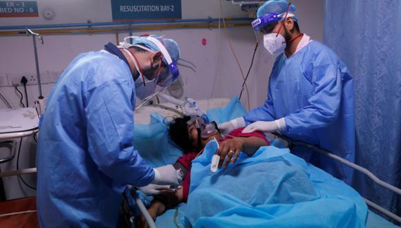 Los trabajadores médicos atienden a un paciente que padece la enfermedad del coronavirus (COVID-19) dentro de la sala de emergencias del Hospital Safdarjung en Nueva Delhi, India. (Foto: REUTERS / Adnan Abidi).