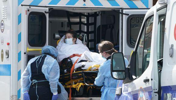 Una mujer llega en ambulancia al Hospital Wyckoff en la sección Bushwick de Brooklyn en Nueva York (Foto: Bryan R. Smith / AFP)