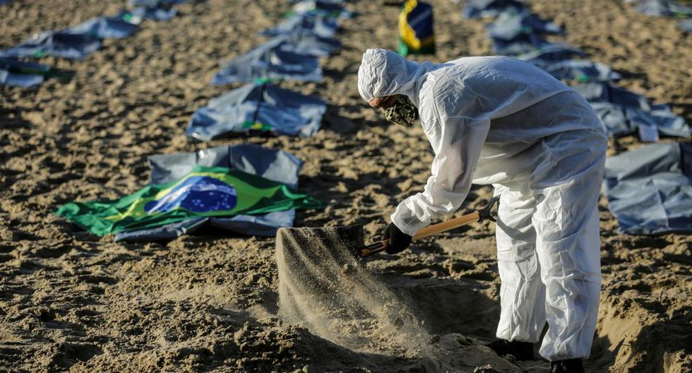 400 body bags placed on Copacabana beach for victims of coronavirus in Brazil