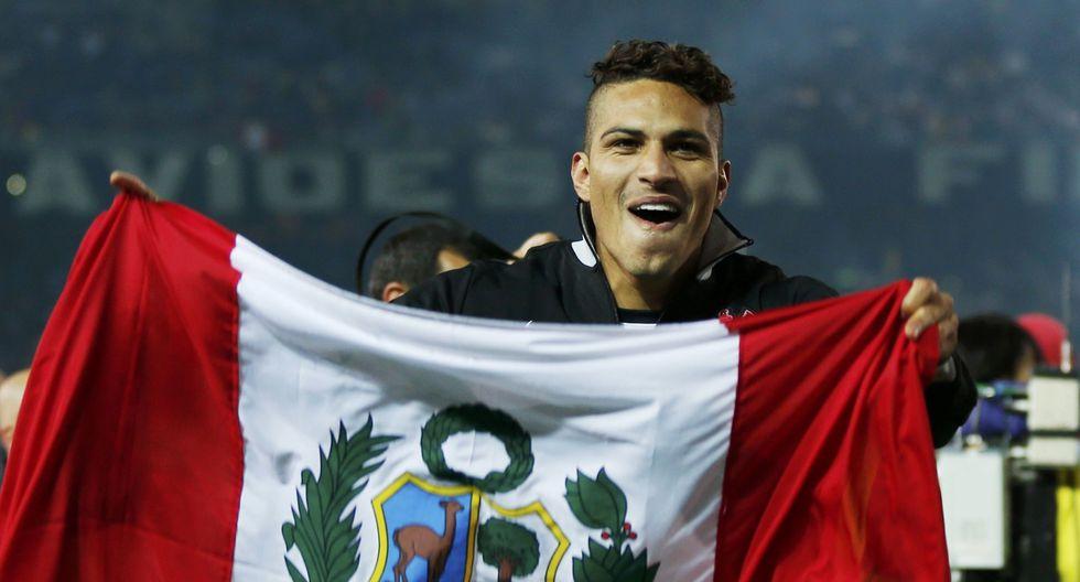 Paolo Guerrero posa con la bandera de Perú tras ganar el Mundial de Clubes ante el Chelsea de Inglaterra en el 2012. REUTERS/Toru Hanai