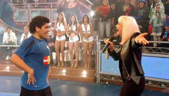 Maradona baila con Raffaella Carrá en su programa televisivo 'La Noche del Diez'. El encuentro ocurrió en 2005 (Foto: Reuters / Archivo)