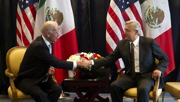 Foto de archivo. El vicepresidente de Estados Unidos, Joe Biden se da la mano con el presidente mexicano Andrés Manuel López Obrador, cuando este último era aún candidato presidencial en 2012, en la Ciudad de México. (YURI CORTEZ / AFP)