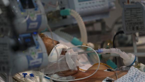 Un paciente de coronavirus COVID-19 intubado es atendido en una Unidad de Cuidados Intensivos de un hospital de campaña instalado en un gimnasio en Santo André, estado de Sao Paulo, Brasil. (Foto de Miguel SCHINCARIOL / AFP).