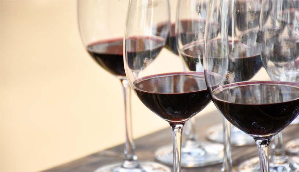 Es antigrasa. El vino tinto activa al gen Sirt1, que impide la formación de nuevas células de grasa y ayuda a eliminar a las existentes. Los efectos de beber vino moderadamente hacen que se reduzca la obesidad y el sobrepeso al envejecer. (Foto: Shutterstock)