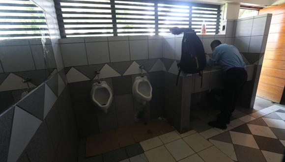 En el parque El Olivar se nota la carencia de jabón líquido y papel toalla en baños para hombres. En cambio, en el baño para mujeres hay falta de papel.  (Foto: Rolly Reyna)