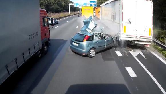 Mujer chocó con dos camiones y sobrevivió para contarlo [VIDEO]