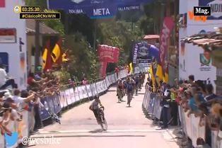 [VIDEO] Inesperada caída de ciclista al llegar a la meta le provoca dolorosa celebración