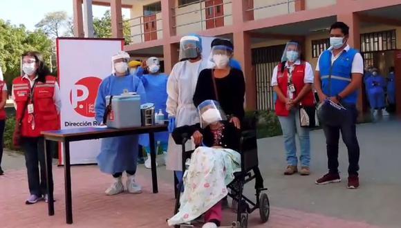 La longeva mujer que reside en el distrito de Castilla no mostró malestar alguno y tendrá que volver dentro de 21 días para inocularse la segunda dosis (Foto: MDC)