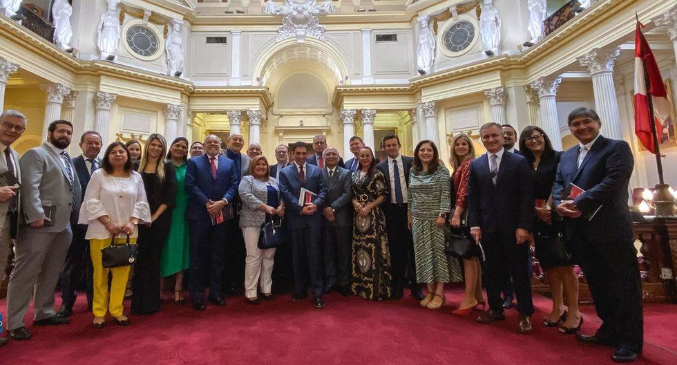Líderes evangélicos latinoamericanos visitaron el Congreso durante la última sesión de la Comisión Permanente. Al medio de la foto está Pedro Olaechea. (Foto: Congreso iberoamericano por la vida y la familia)
