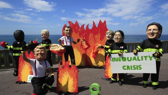Manifestantes satirizan a los principales líderes presentes en la cumbre del G7, en Francia, tras el ofrecimiento de US$20 millones de ayuda para la Amazonía. (AP)